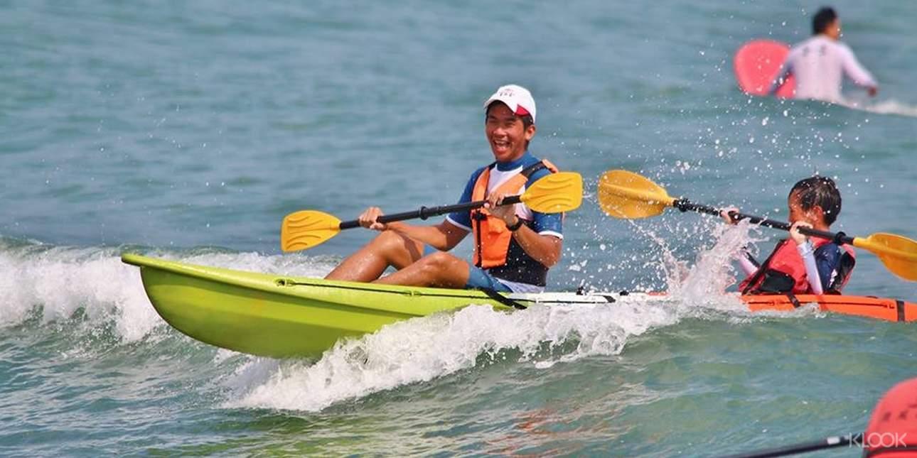 也可坐或跪在板上,單純享受在水面上悠閒漂行的樂趣