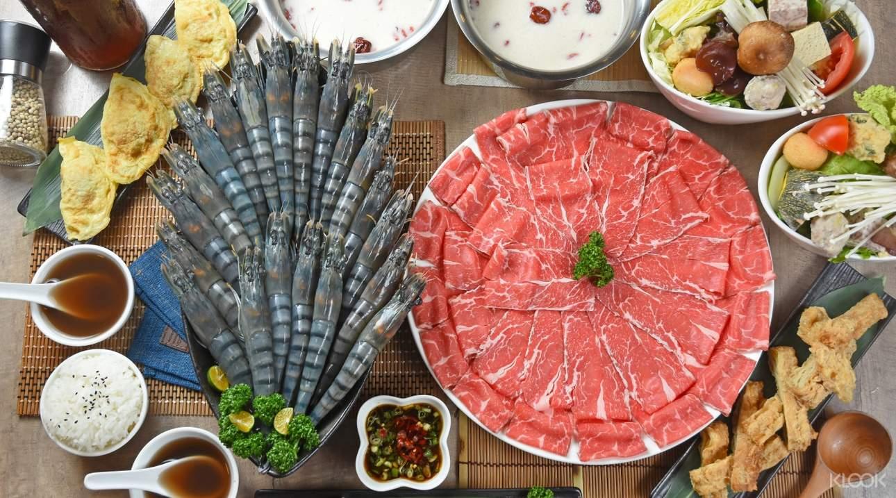 豪華四人套餐豐盛的海陸食材適合與家人朋友共享