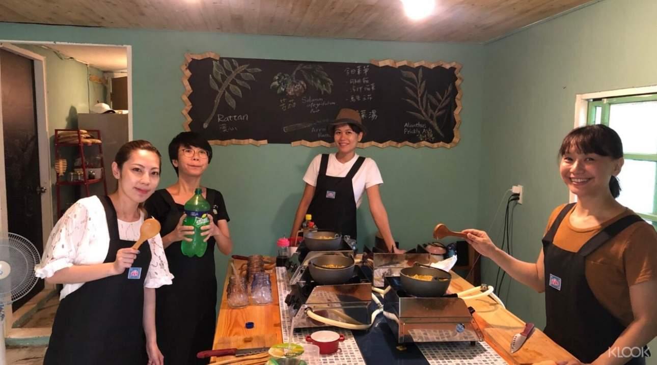 在廚藝老師指導下,學習烹調正宗原民美味佳餚