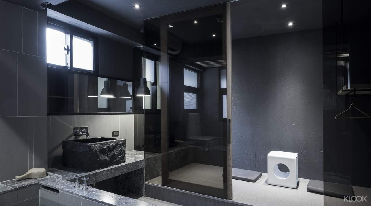 設計低調而高雅的灰色湯屋,流瀉出一種「禪」的意境,附有額外的休息空間
