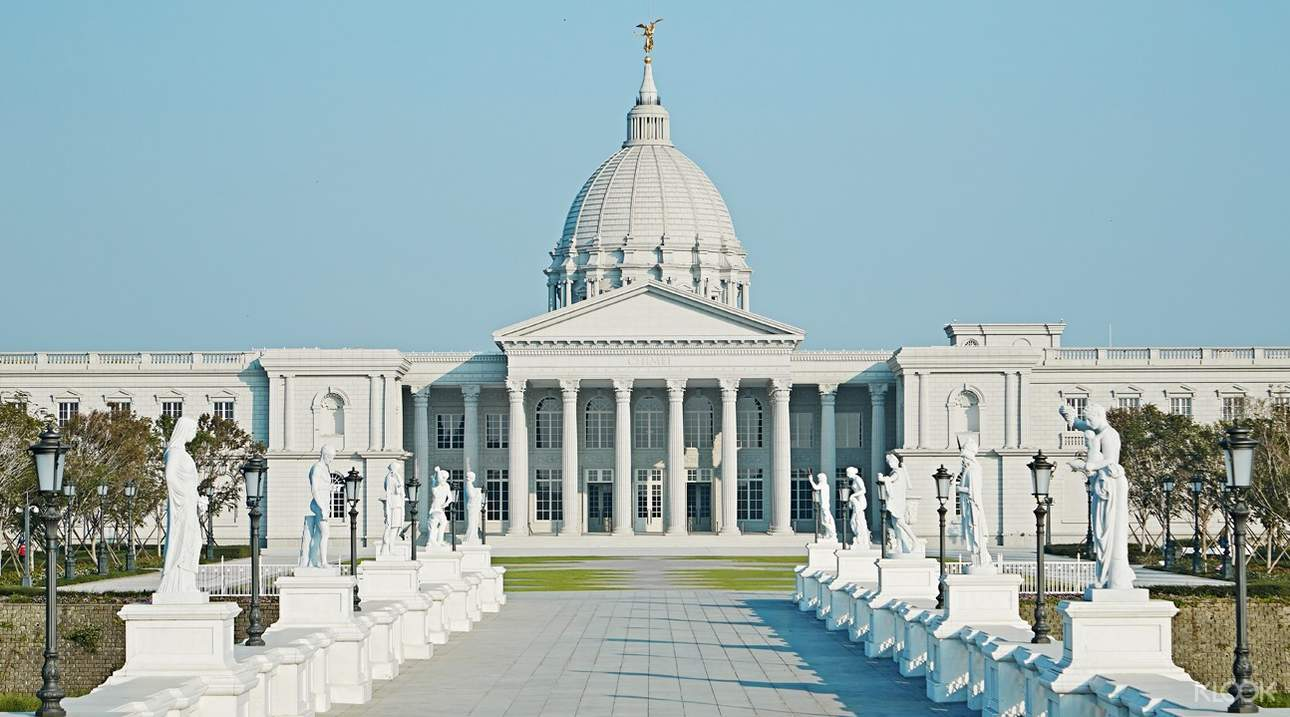 建築外觀以希臘神話故事為主題,彷彿置身於歐洲古典宮殿!