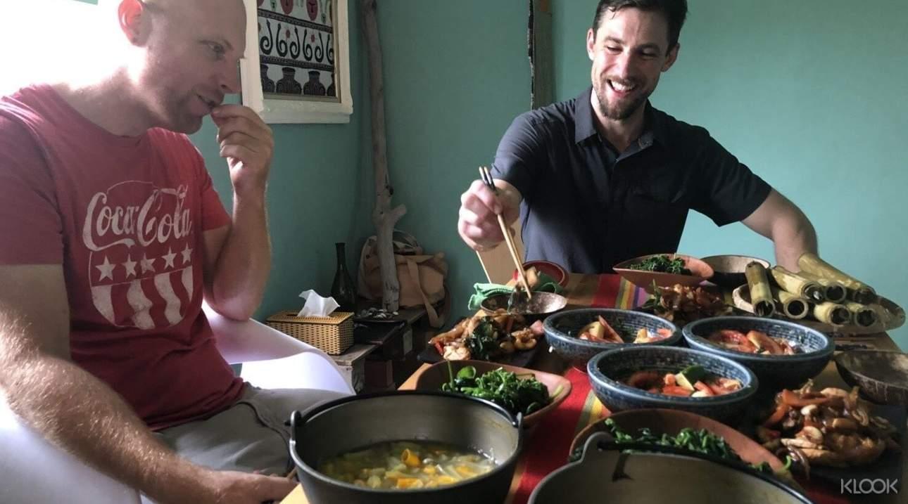 親自動手與原住民食材共譜出美妙滋味,最後品嚐自己的好手藝!