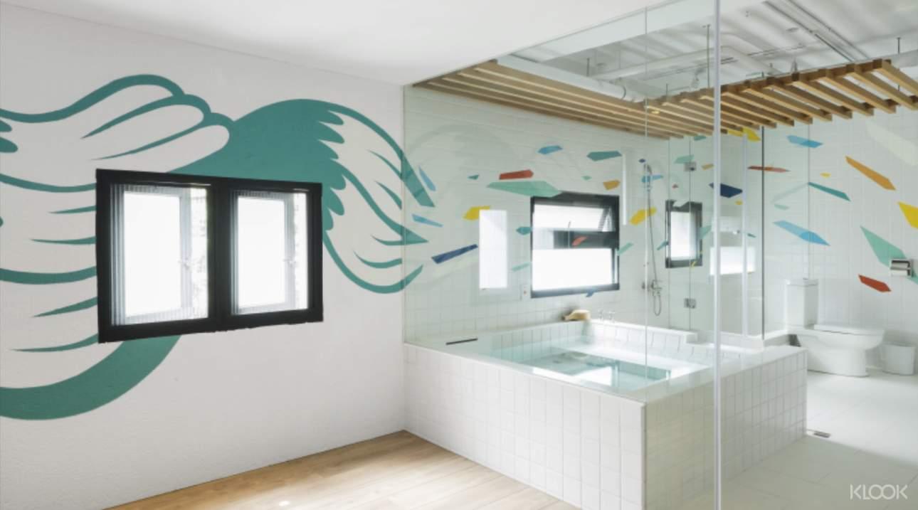 藝術澡堂M+有多種主題湯屋,其中「礁溪秘境」呈現城市中人們,現實與非現實之間的交疊與錯覺,附有額外的休息空間