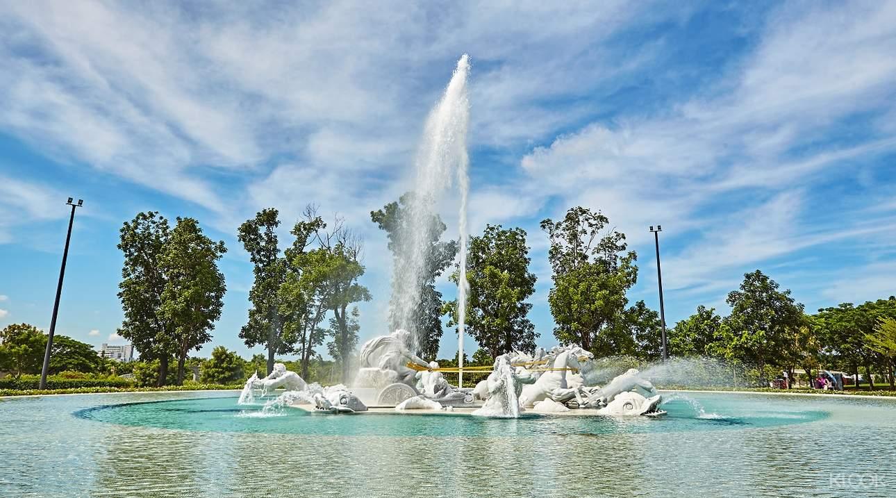欣賞阿波羅噴泉的水舞秀,完美呈現太陽神阿波羅駕駛戰車從海面飛躍的情景