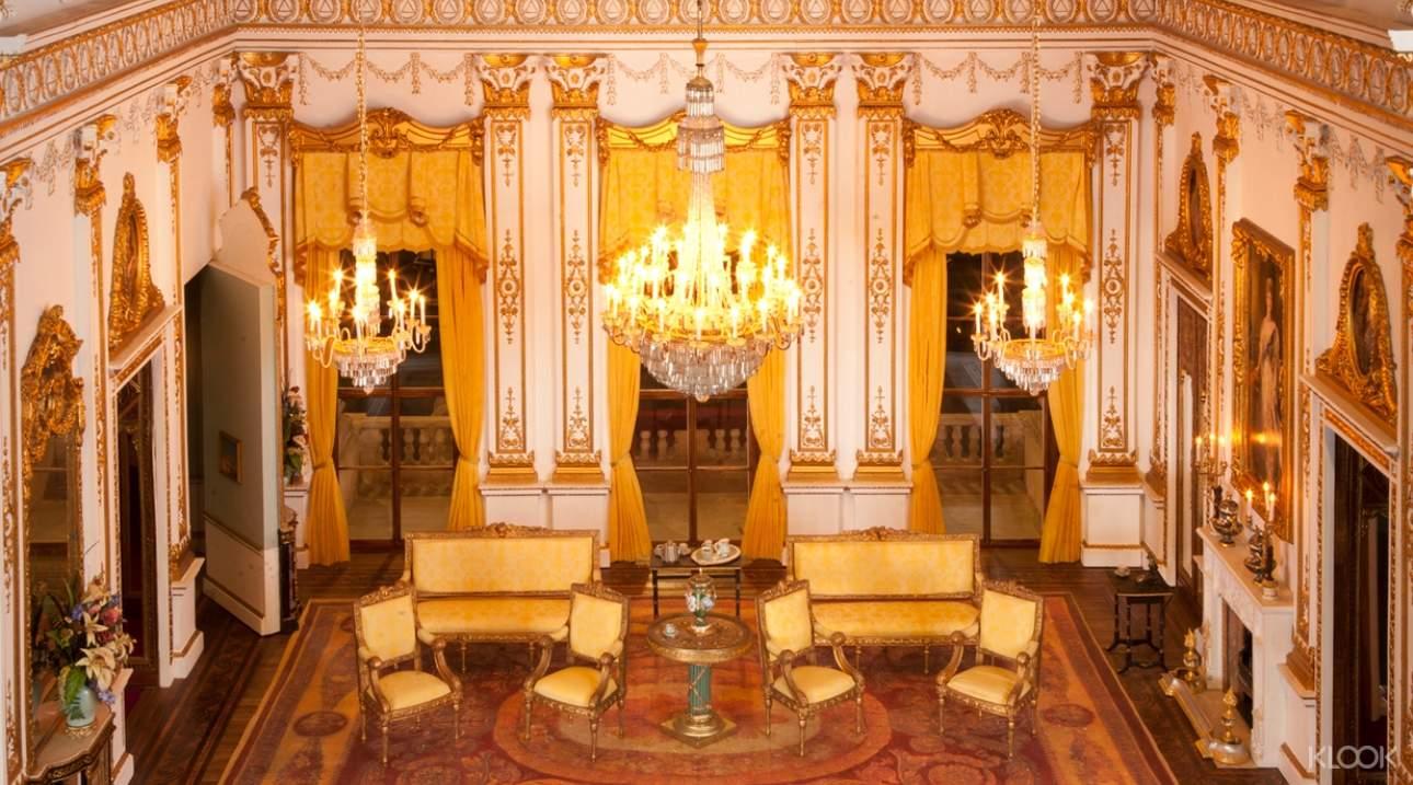 欣賞白金漢宮原比例縮小的華美擺設及裝潢