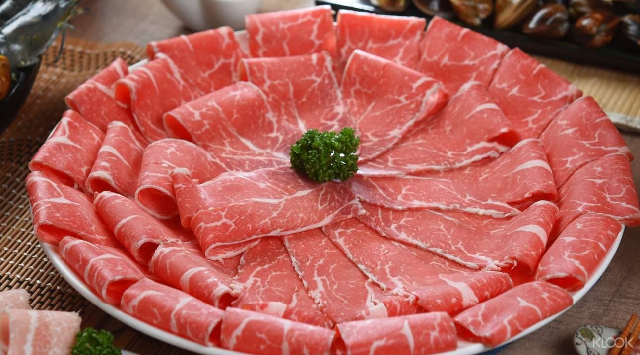 選擇各種頂級肉品、海鮮和蔬菜搭配麻辣湯頭