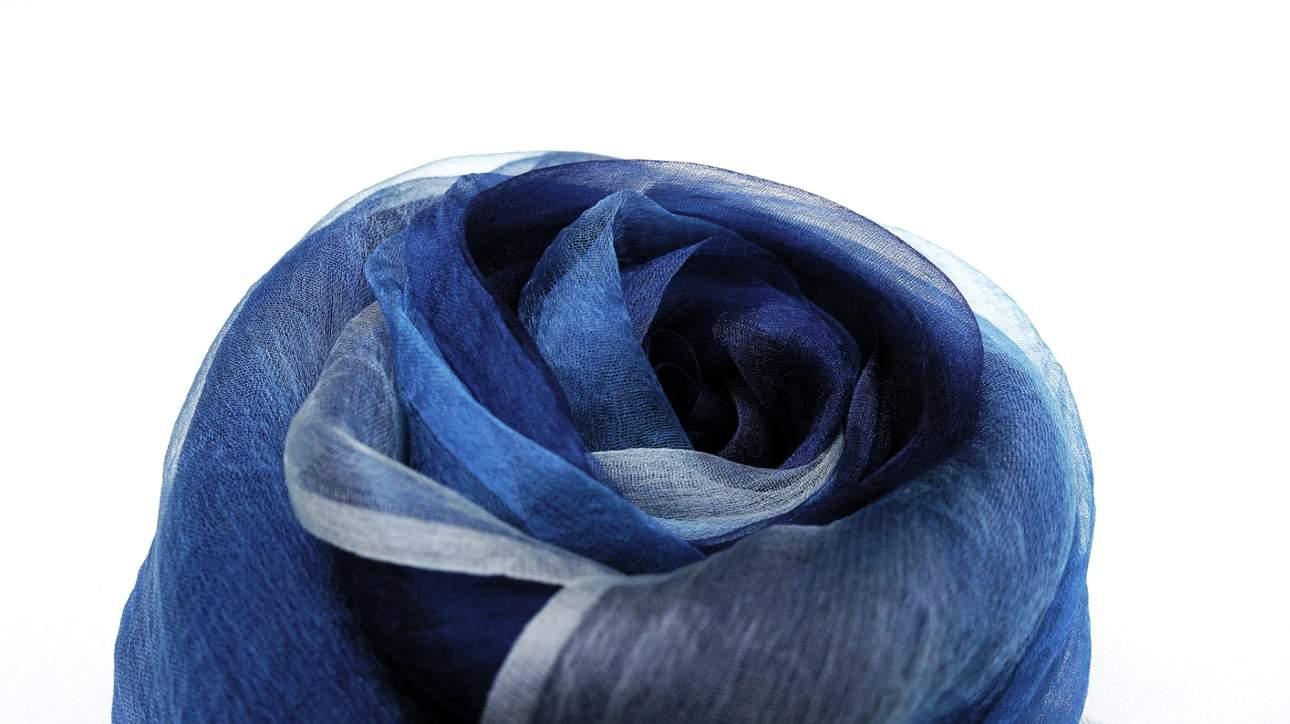 將烏干紗圍巾染上美麗的藍色,打造獨一無二的風格配件