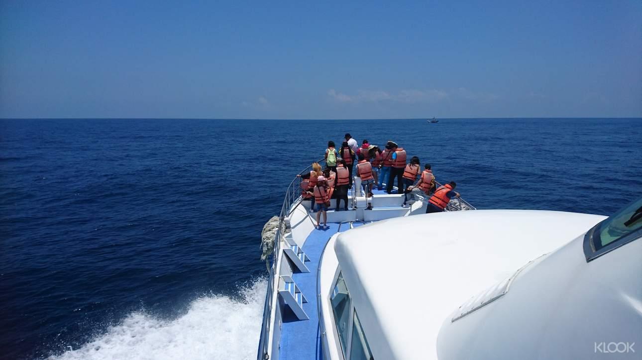 大家齊聚船頭,享受龜山島的天然美景