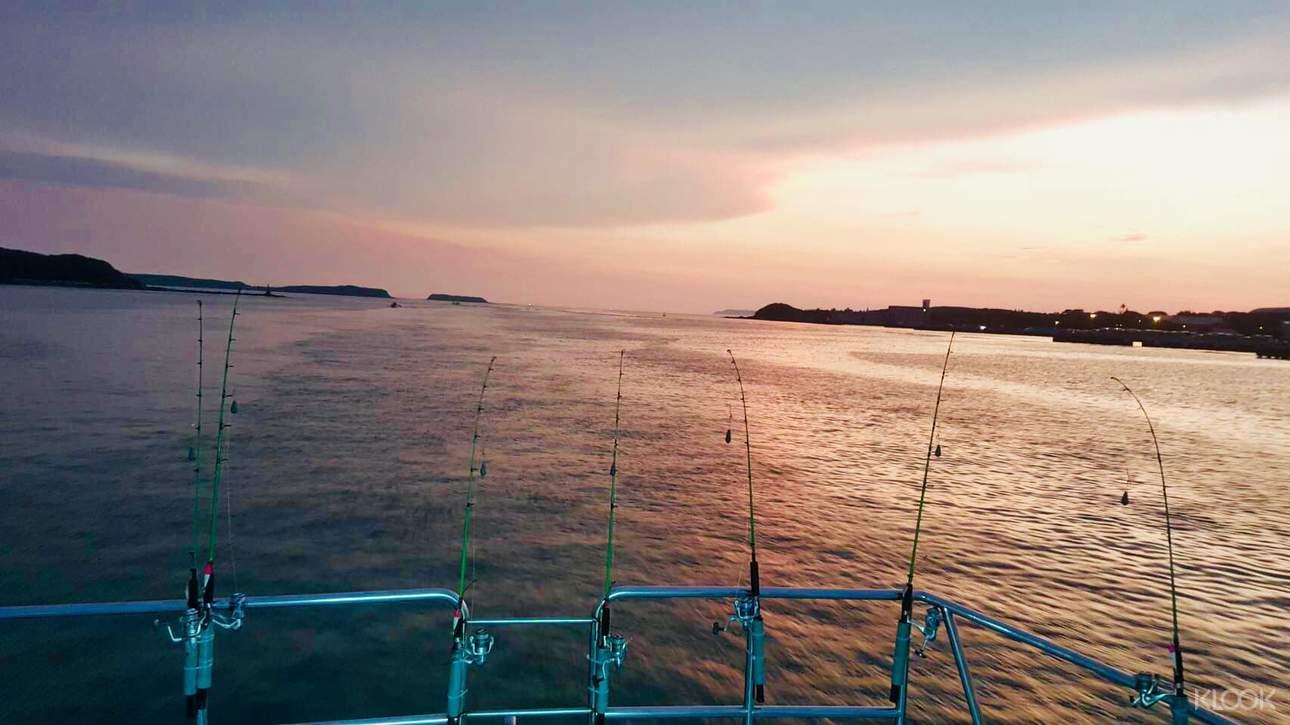 漁船出遊,在船長的指導之下,體驗夜釣小管的樂趣