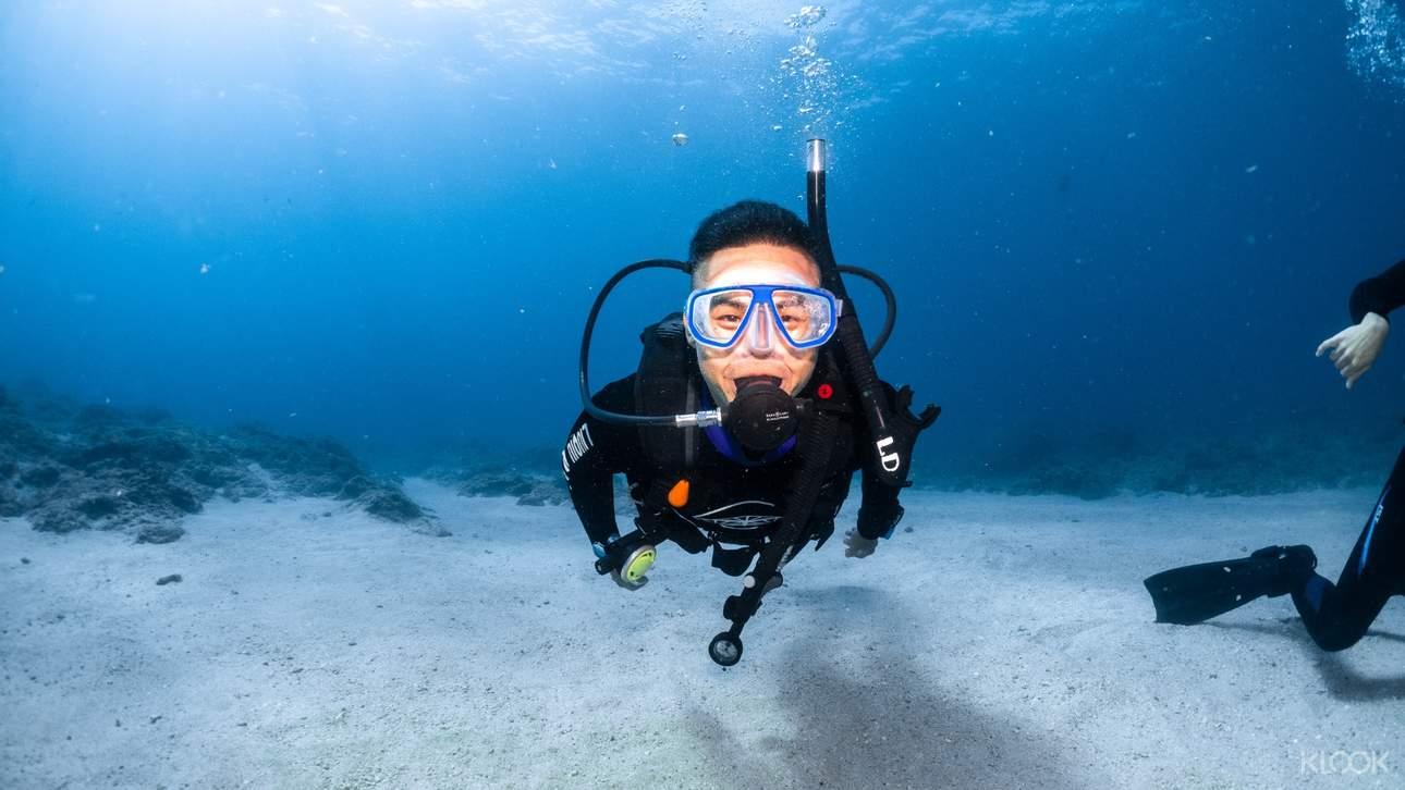 體驗扎實的潛水課程訓練,專業風趣的教練全程陪伴