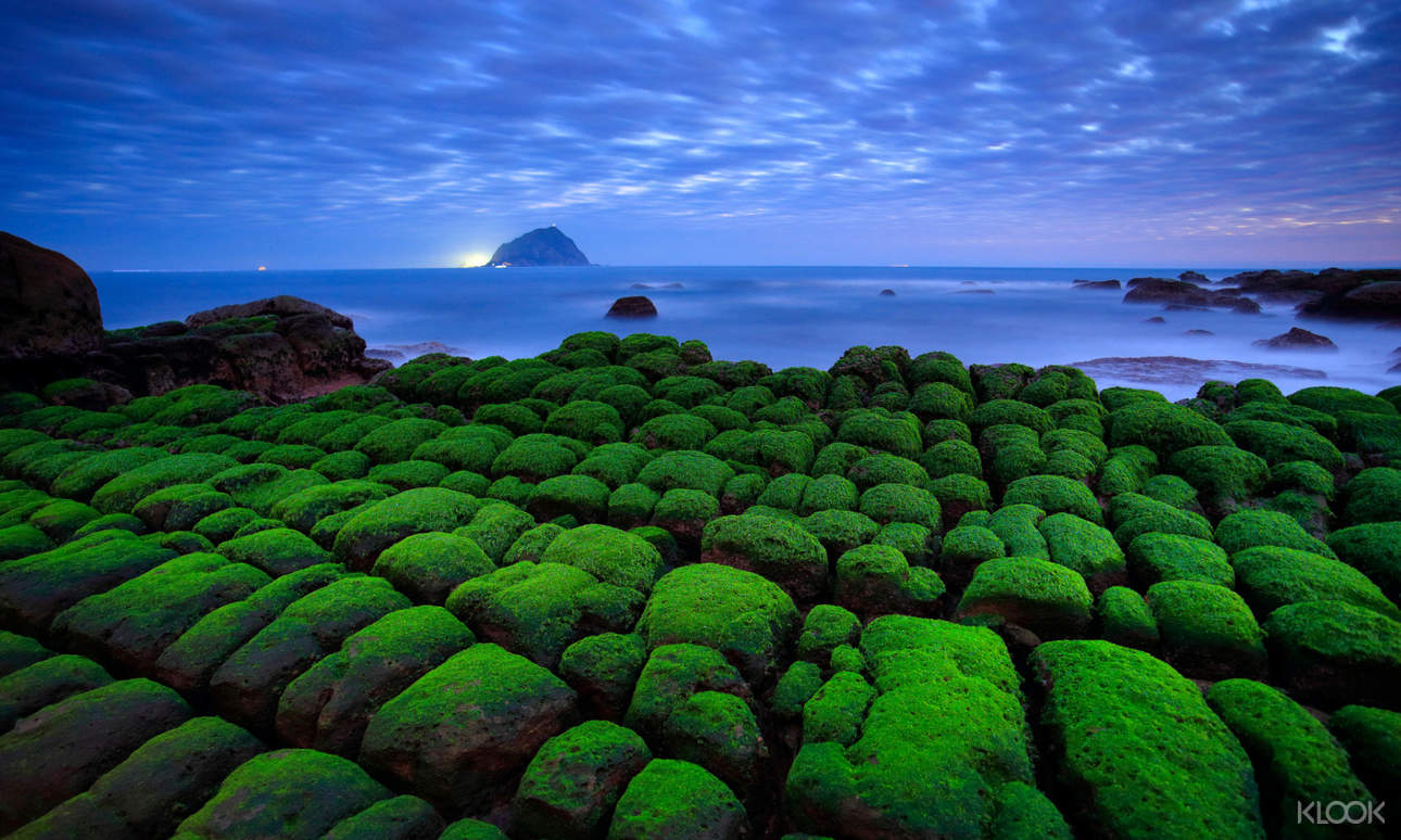 欣賞海岸線上奇岩異石的獨特海蝕地形景觀