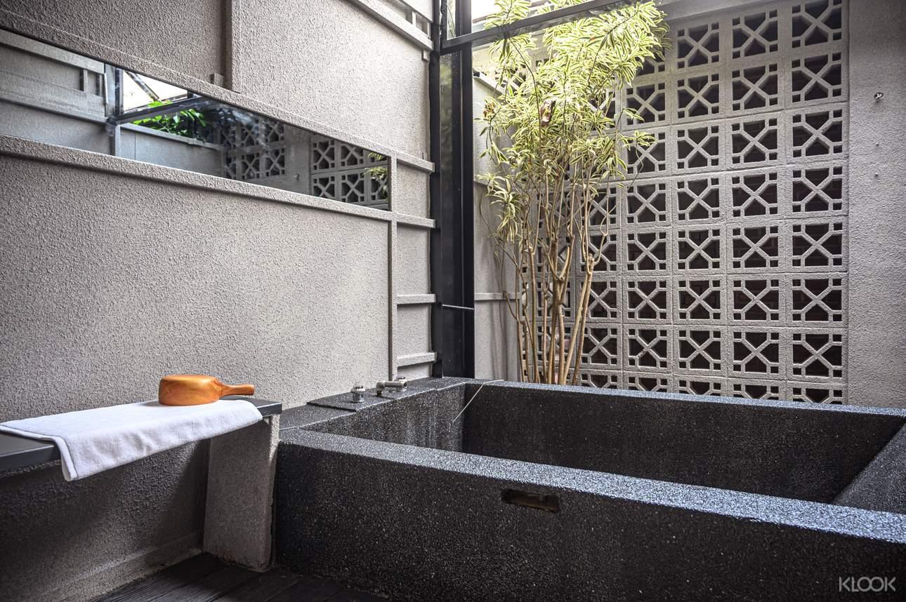 風華漾會館獨特的東方花窗露天湯屋
