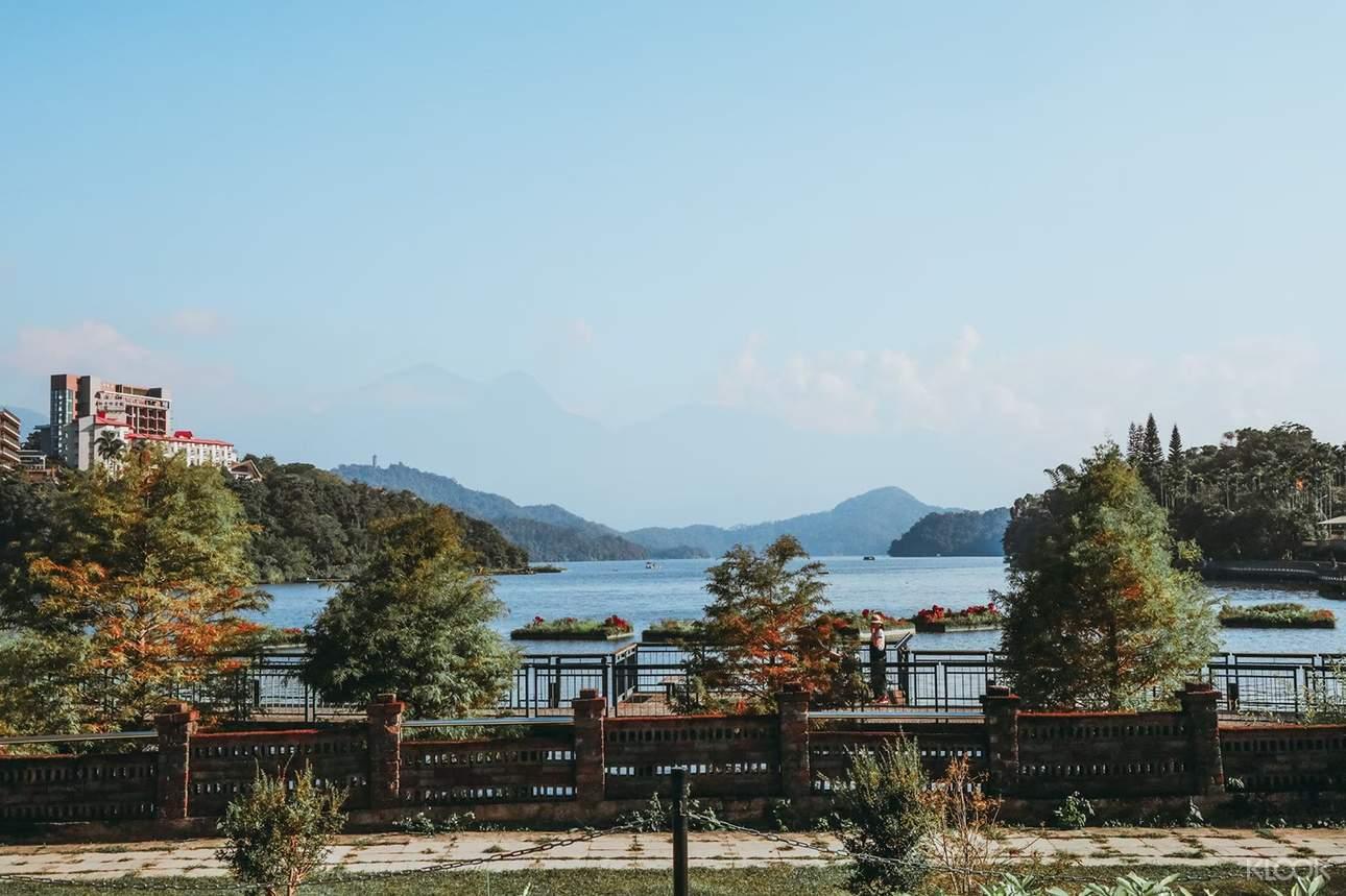 盡情飽覽日月潭的迷人風光,享受寧靜悠閒的湖面美景