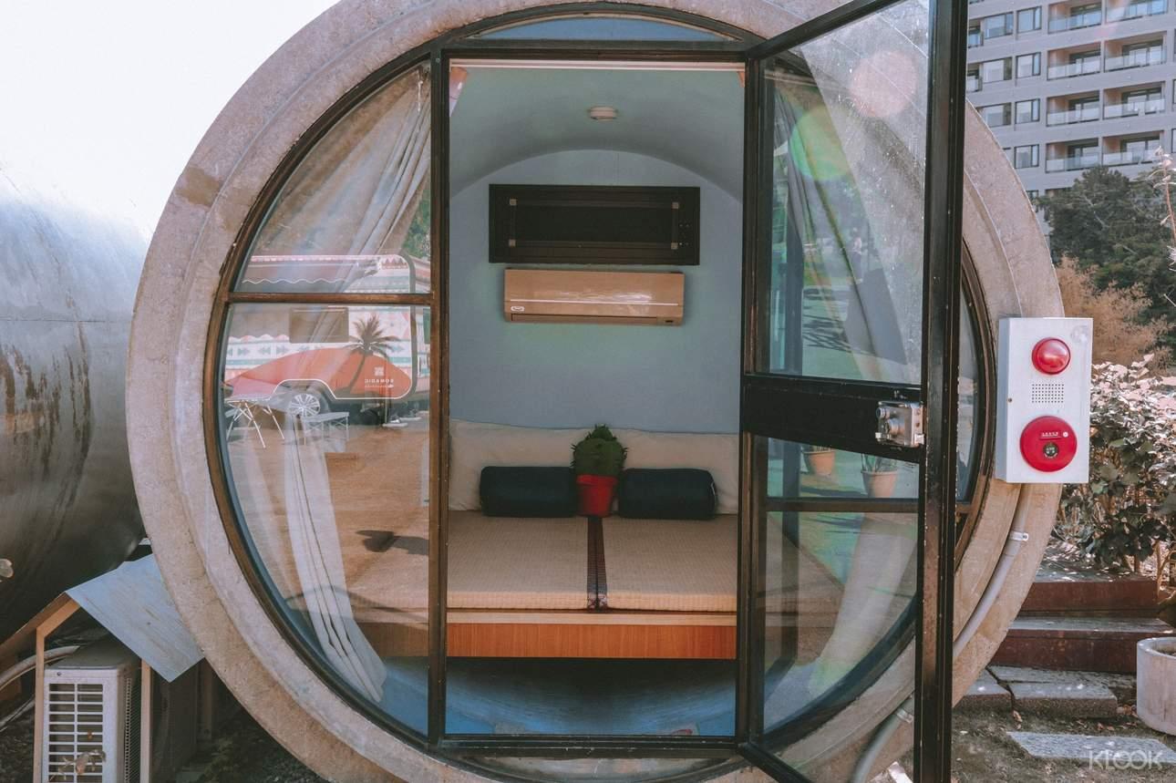 大型水管內鋪上榻榻米,營造童趣又具質感的空間