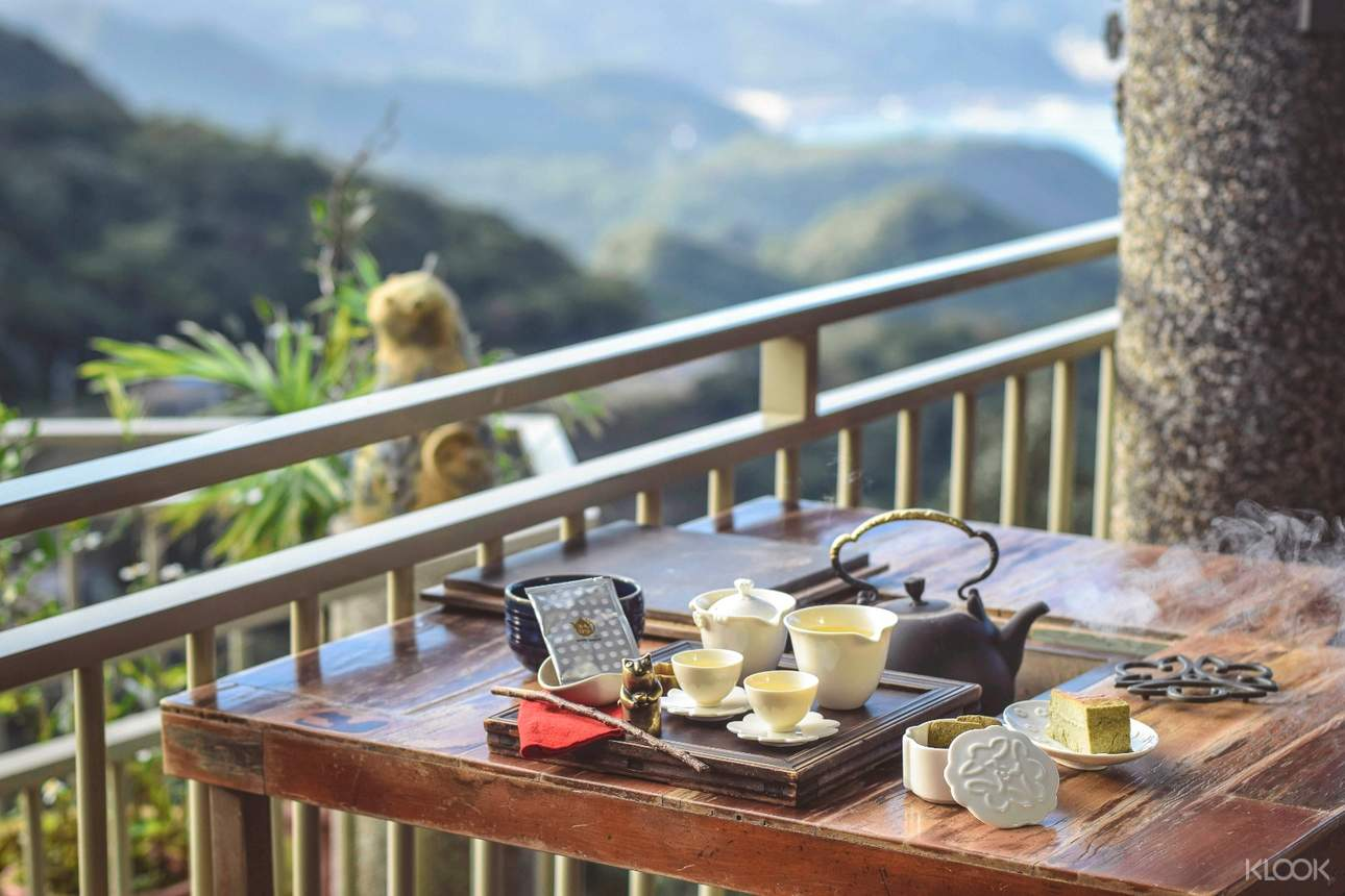 九份茶坊中,處處可見裊裊茶香升起,一眾茶客沉醉其中的場景