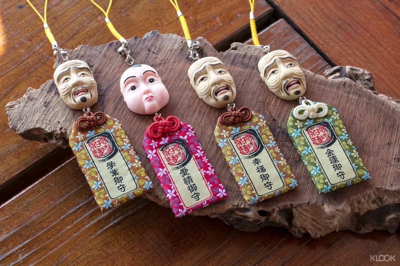茶樓內有售祈求好運的面具人御守,造型十分別緻