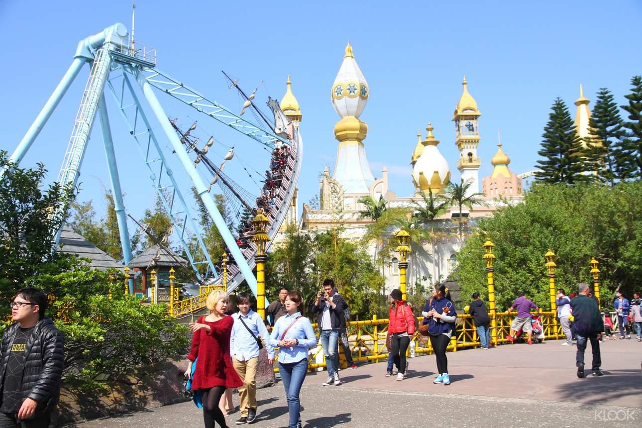 漫步在園區內,享受遊樂設施與歡樂時光!