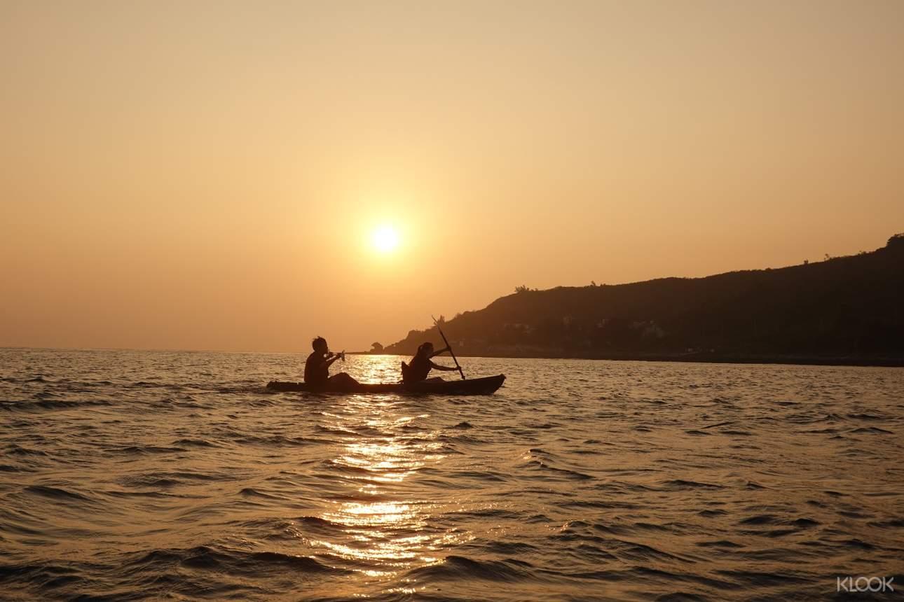 有別於一般獨木舟,夕陽下航行更具美感