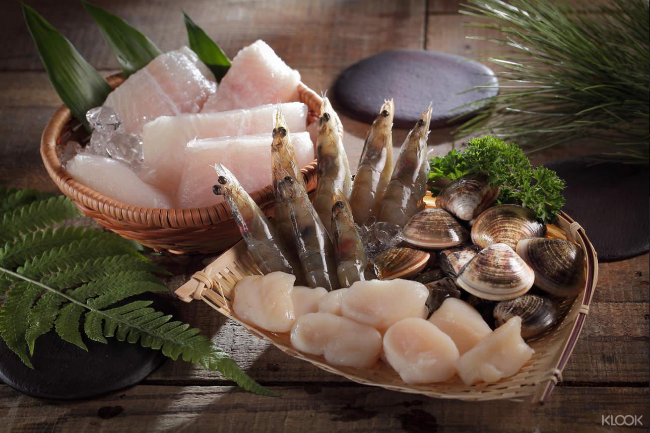 新鮮海鮮與蔬菜一應俱全,各式拼盤隨意搭配