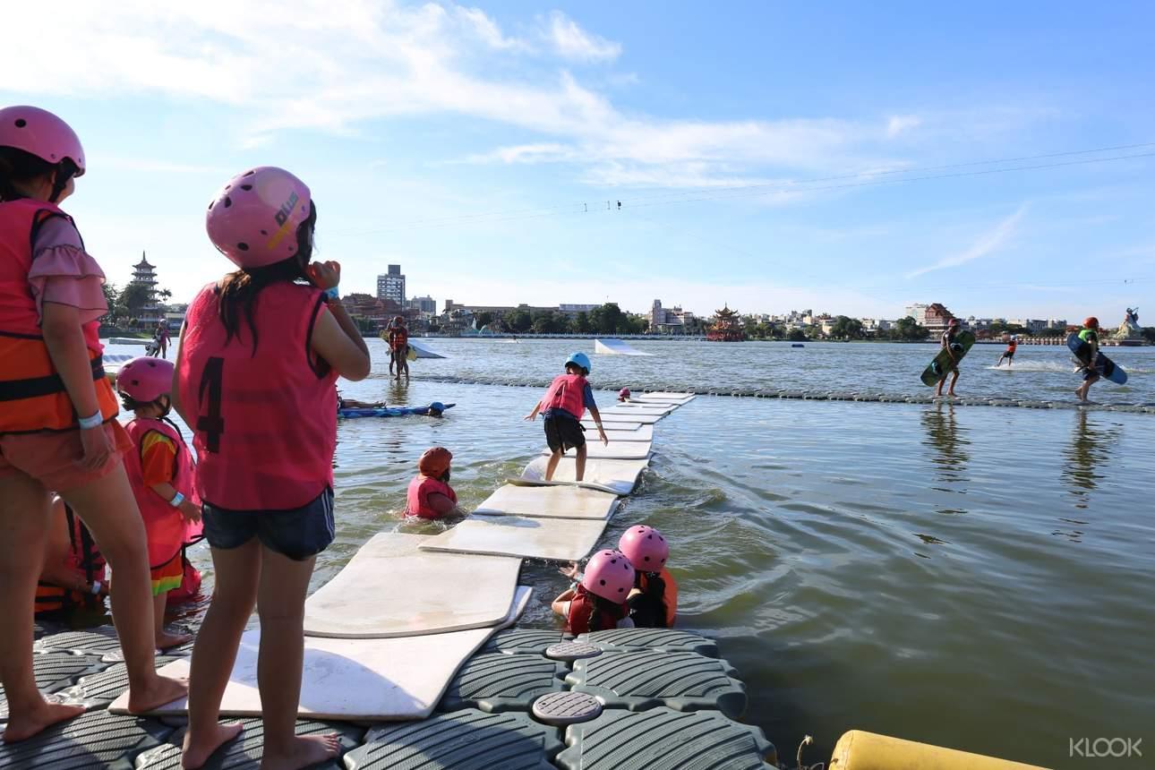 水上魔毯:使用能漂浮在水面上的特殊浮墊所造的一座橋,考驗挑戰者在水面上平衡的闖關遊戲,適合5 - 12歲兒童