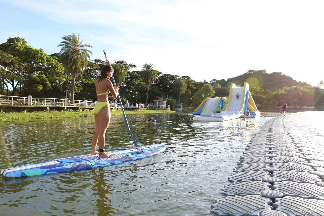 SUP立式划槳:站在衝浪板上划槳前進,除了可以乘風破浪、盡情玩耍,在沒有風浪的平靜海面上也能自得其樂,是不分年齡、老少都適合的水上活動,現在正大受歡迎!此外,站在不穩定的衝浪板上試圖取得平衡的過程,也能達到運動健身的效果,這一點更是引人入勝