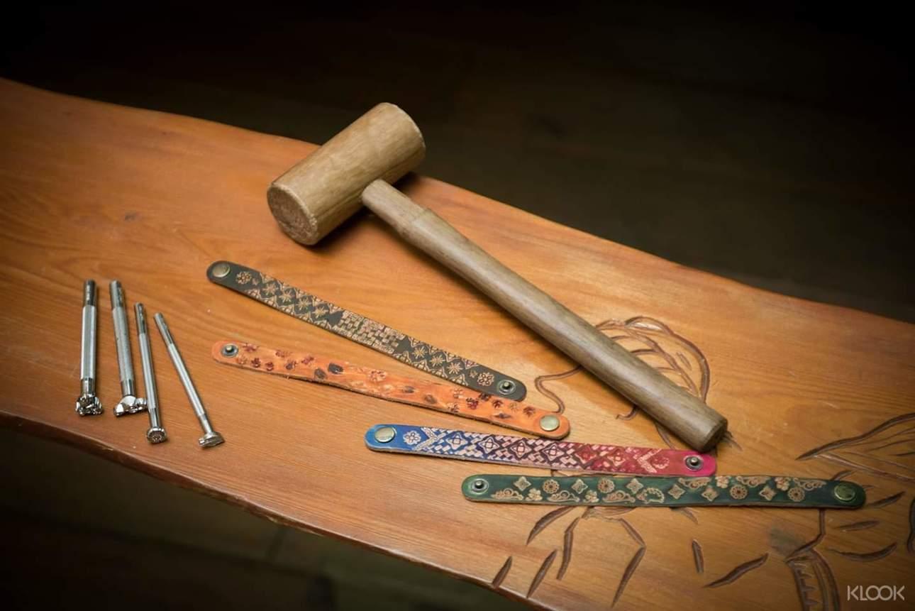 揪三五好友一起DIY手作皮雕,體驗獨特的布農族文化