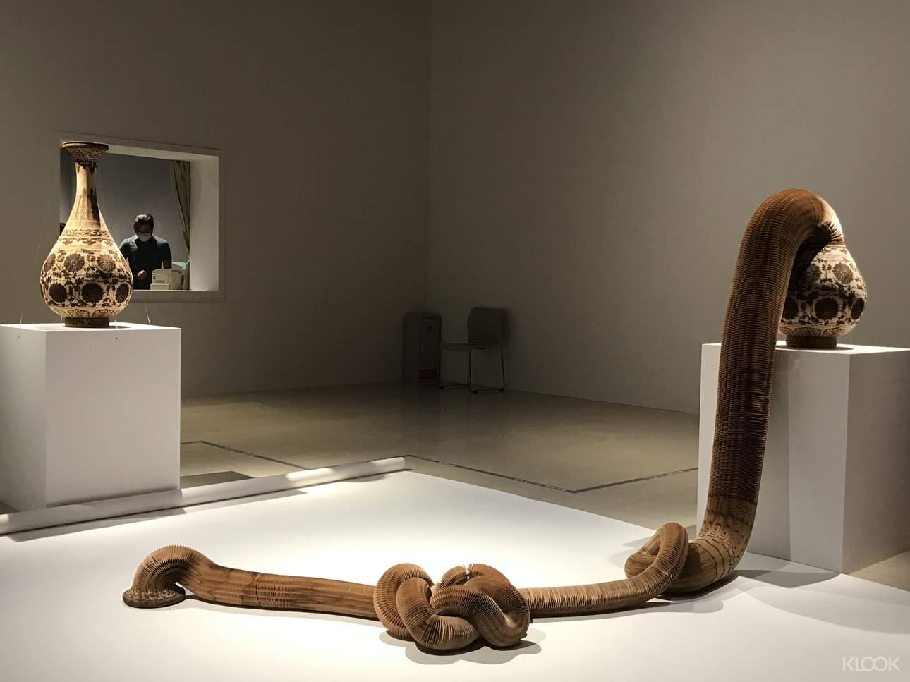 中國藝術家李洪波從東方傳統紙玩具和紙燈籠中獲得創作靈感,重新詮釋西方經典雕像,打破人們對雕像不動、堅硬、崇高的固有認知。在他的創作裏,雕像成為可隨意拉伸、變形,甚至流動的柔軟形象,彷彿某種生物,充滿超現實的奇幻感