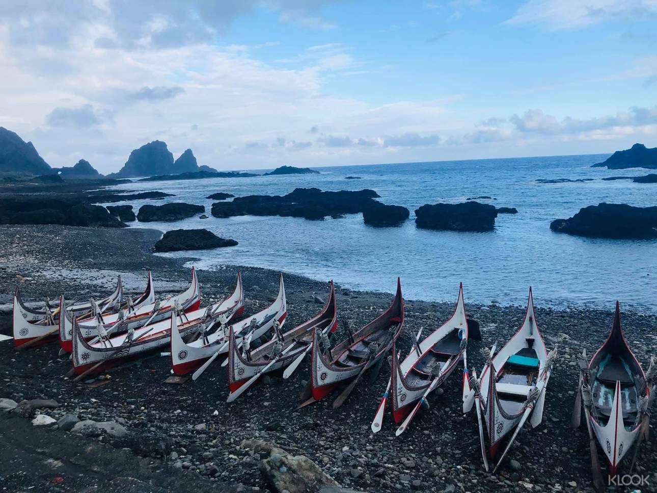 拼板舟船身以紅、白、黑三色為基調,呈現強烈的民族風格