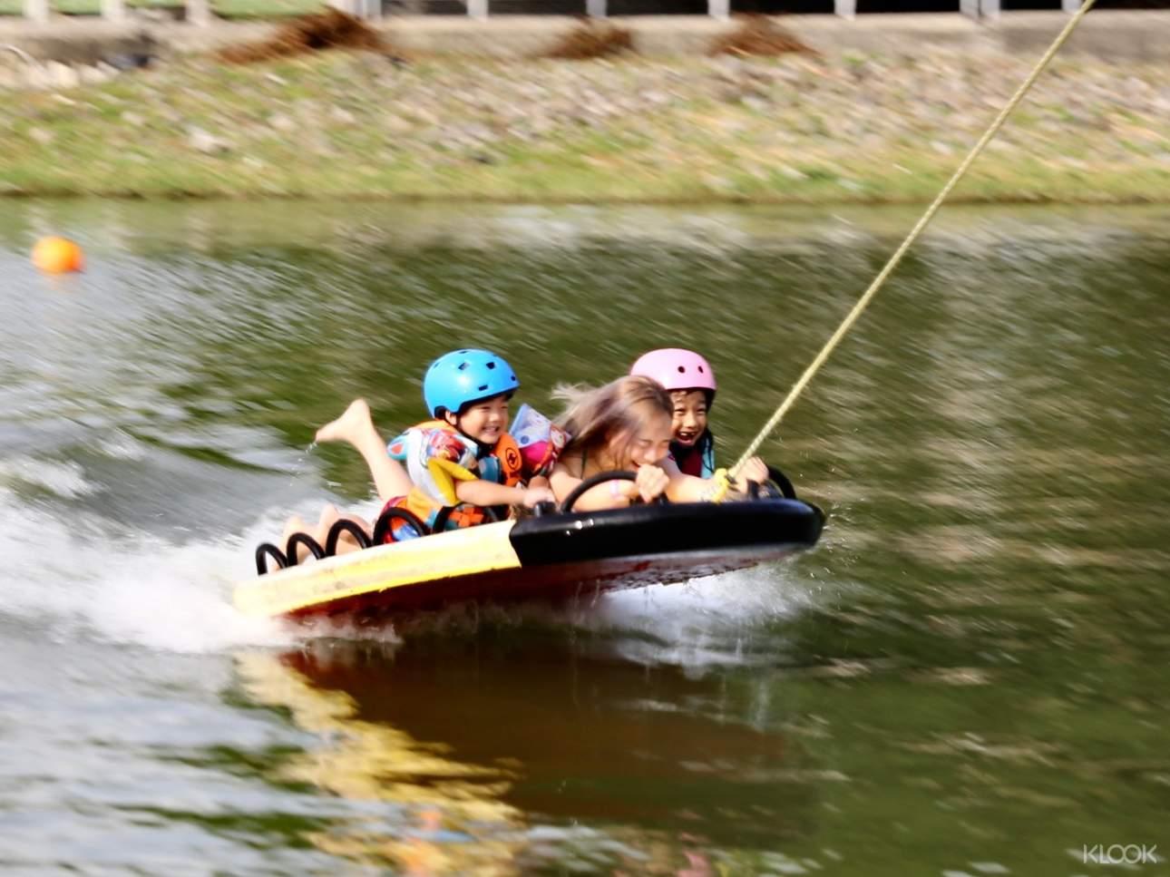 滑水飛船:除了專業纜繩滑水外,另有提供水上拖曳玩具,讓學習與娛樂兼具,緊張刺激拳拳到肉,大人小孩都瘋狂