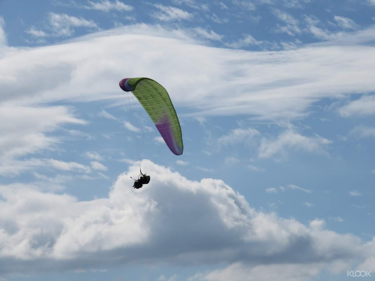 和三五好友一起參與滑翔傘飛行體驗,從高空俯瞰最美的秘境
