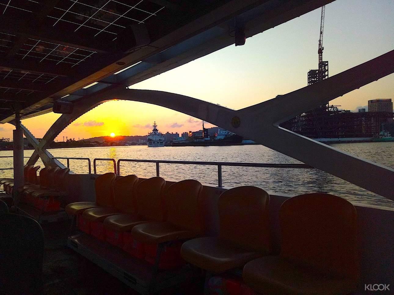 選擇夕陽時段出航,在船上欣賞落日,充滿詩意