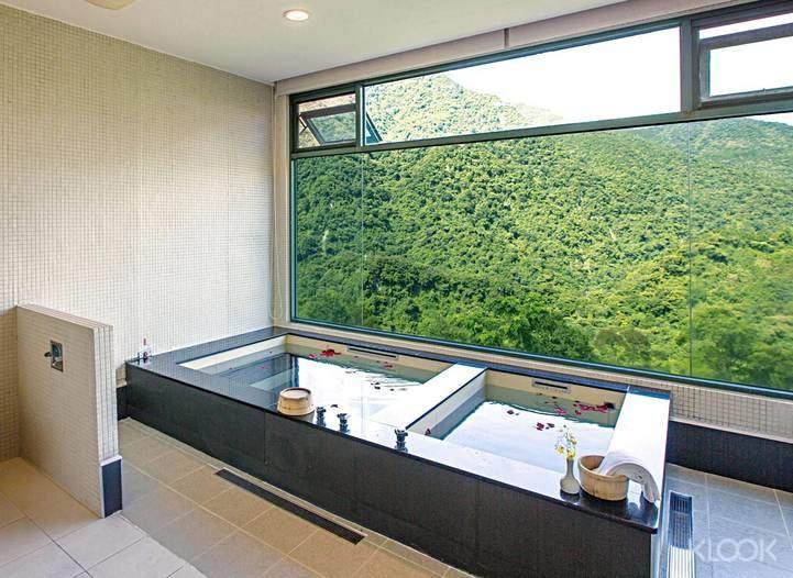 觀景湯房的冷熱池,讓你泡湯也有雙重享受,皮膚變得滑溜溜