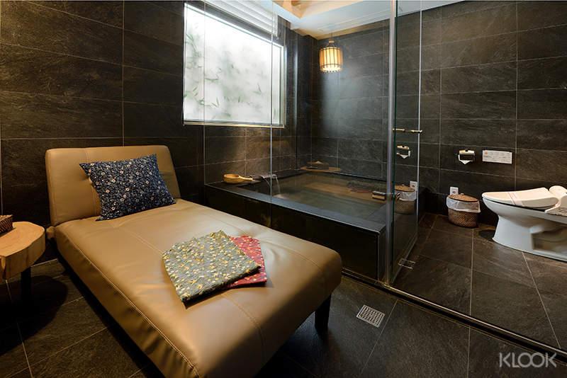 信義館房間配有可供休閒的休閒椅,在泡湯後可稍作休息