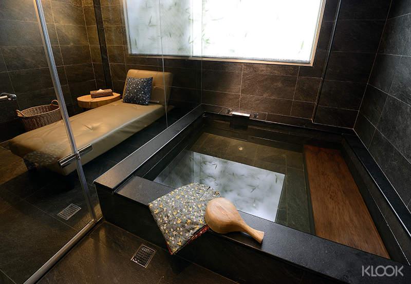 東旅湯宿信義館擁有石砌湯池與玻璃湯屋