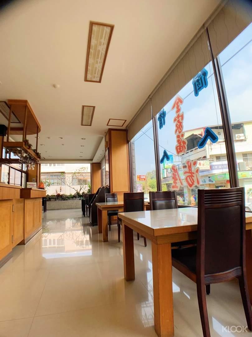 公共空間擺放多組木質桌椅,邀請旅人來此喝茶聊天,共度慵懶閒情時光
