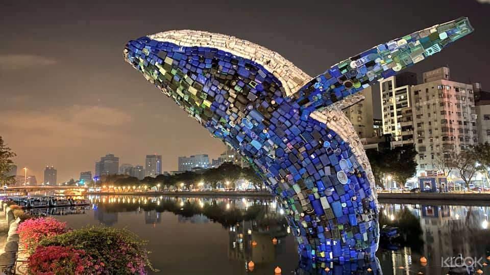 七層樓高的新亮點裝置藝術,愛河.愛之鯨從河中躍出!