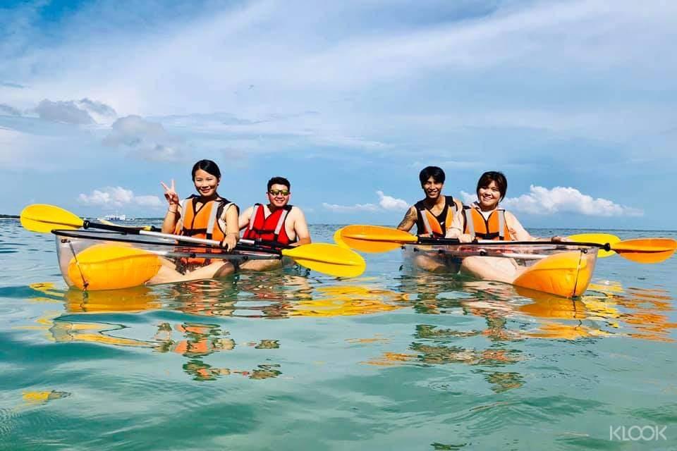 不必下水就能看見清澈的水下奇景,並由專業教練指導操作,讓你玩得愉快又安全